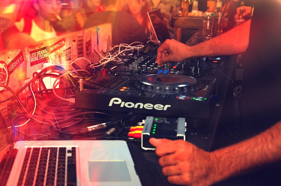 5 reasons to Hire a Professional DJ for Your Own Dance Event.